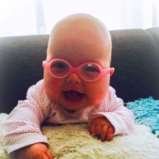 Baby met bril tevreden klant